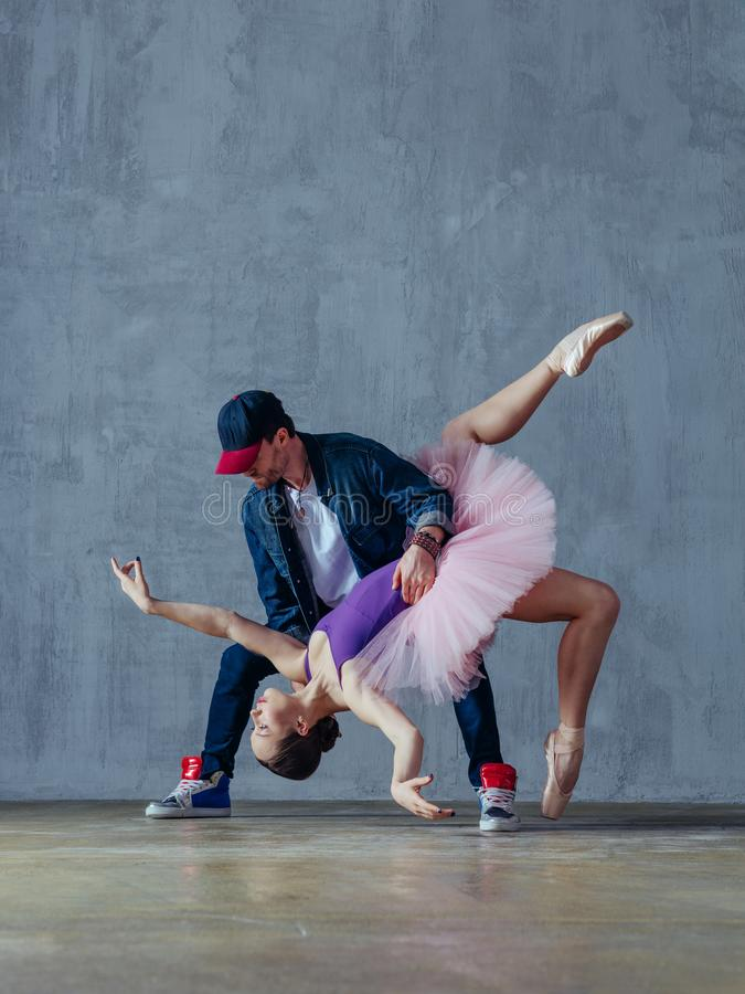De jonge mooie dansers stellen in de studio stock foto's