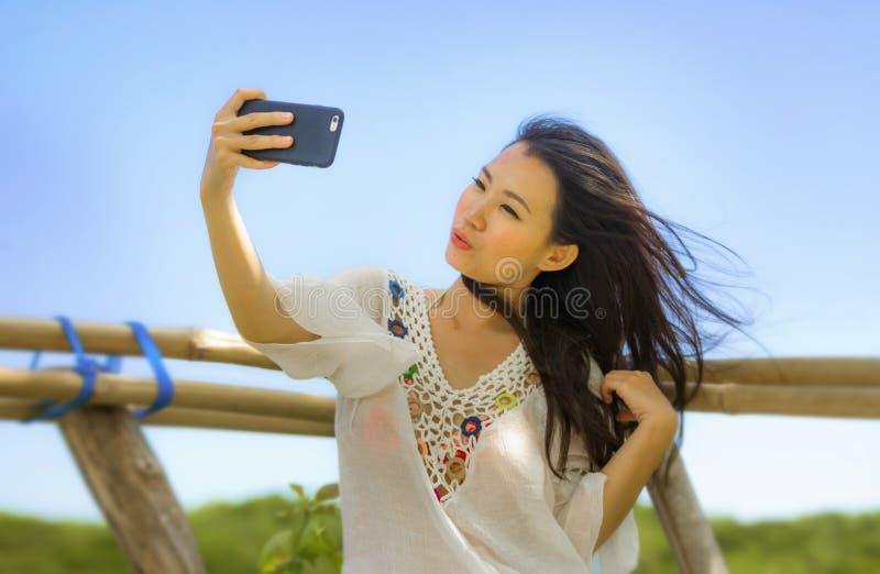 De jonge mooie en gelukkige Aziatische Koreaanse of Chinese jaren '20 van de toeristenvrouw in traditionele kleding die selfie ze royalty-vrije stock foto's