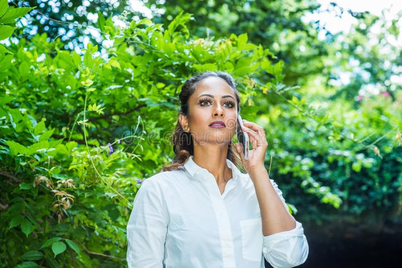De jonge Mooie Indische Amerikaanse Vrouw die van het Oosten, ontspannen openlucht in de Stad van New York reizen stock afbeeldingen