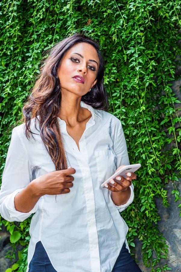 De jonge Mooie Indische Amerikaanse Vrouw van het Oosten met lang haar die in de Stad van New York reizen stock foto