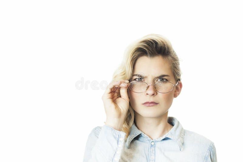 De jonge mooie meisjesleraar in glazen stinkt emotioneel en kijkt beledigd Conceptie kwade leraar stock foto's