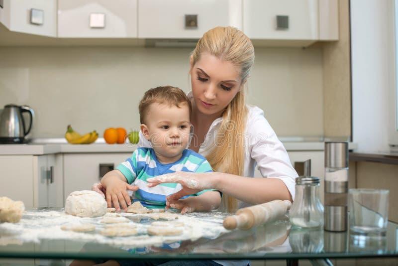 De jonge mooie moeder onderwijst haar kind aan royalty-vrije stock foto