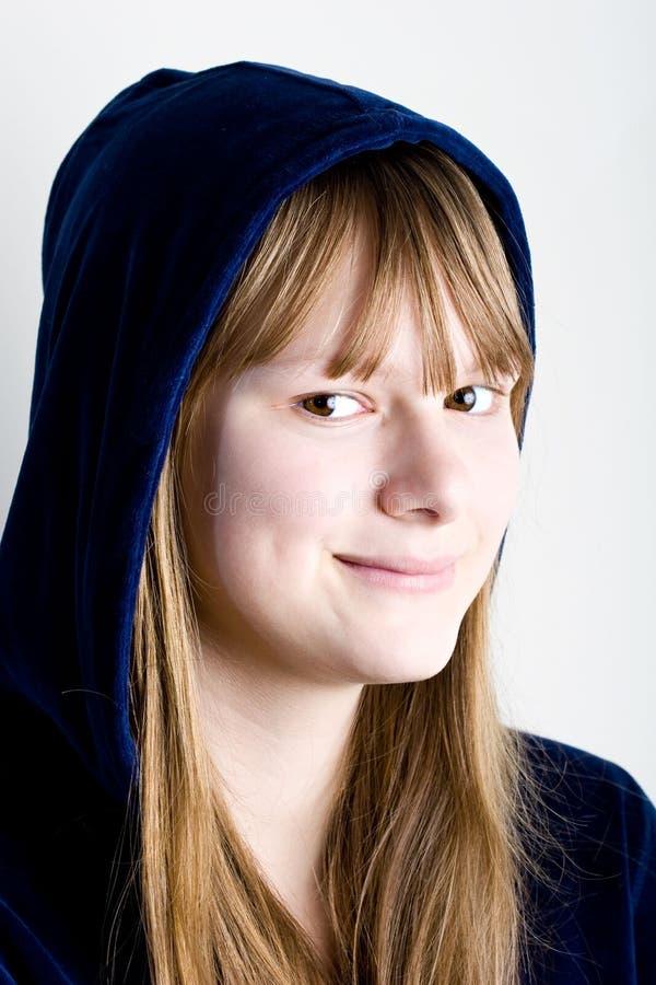 De jonge mooie tiener die van het portret gelukkig glimlacht royalty-vrije stock afbeeldingen
