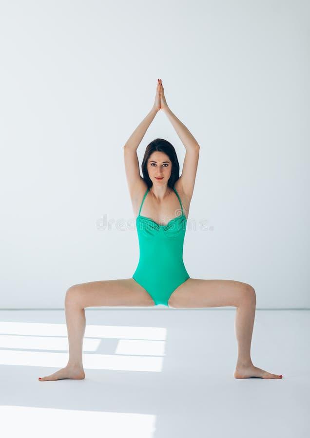 De jonge mooie vrouw die yogatempel doen stelt stock afbeeldingen