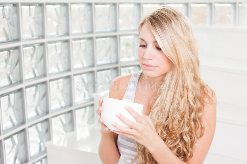 De jonge mooie vrouw drinkt koffie. royalty-vrije stock foto's