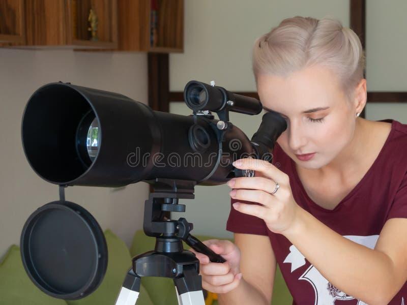 De jonge mooie vrouw kijkt door royalty-vrije stock foto