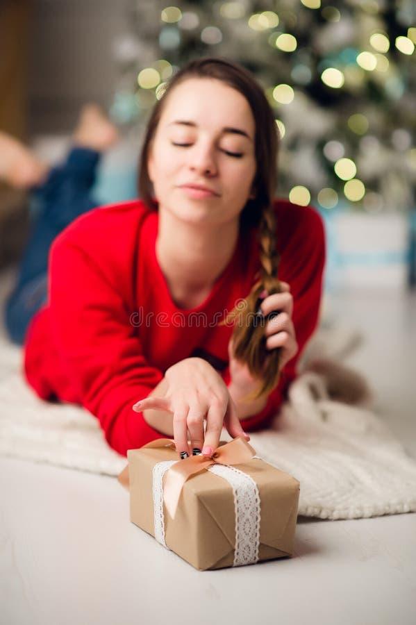 De jonge mooie vrouw kreeg een giftdoos Conceptennieuwjaar, Vrolijke Kerstmis, vakantie, de winter royalty-vrije stock fotografie