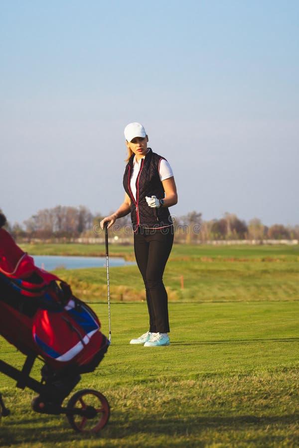 De jonge mooie vrouw leidt golf op royalty-vrije stock foto's