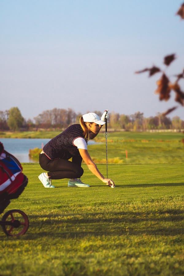 De jonge mooie vrouw leidt golf op royalty-vrije stock foto