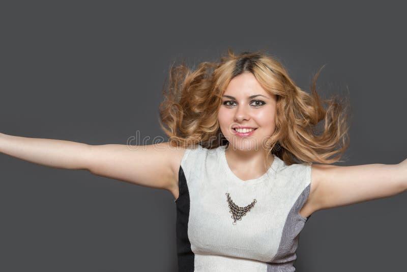 De jonge mooie vrouw met verward haar lacht bij camer royalty-vrije stock fotografie
