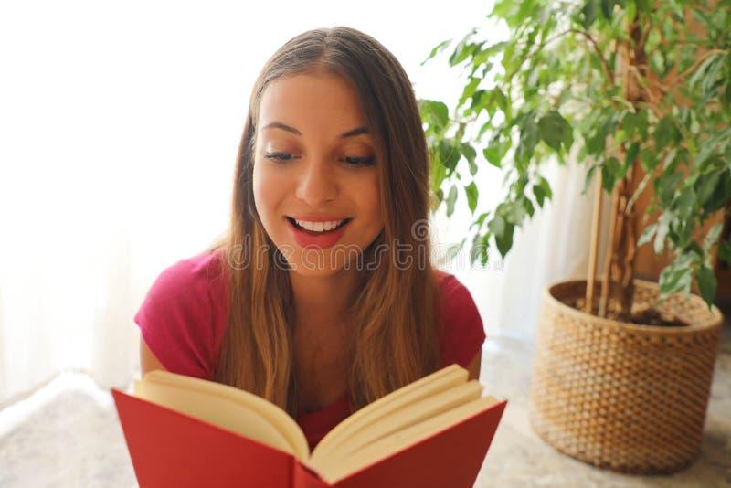 De jonge mooie vrouwenzitting en de lezing een boek genieten van van rust royalty-vrije stock fotografie