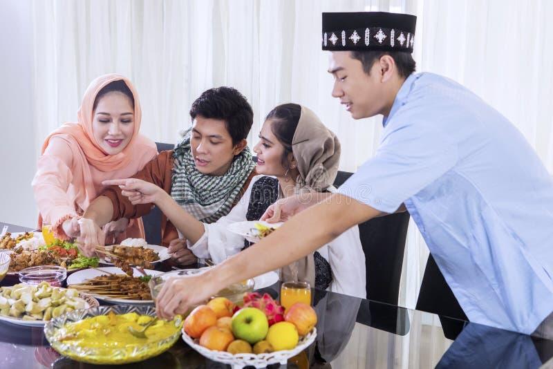 De jonge Moslimmensen nemen voedsel voor onderbrekingen snel royalty-vrije stock afbeelding