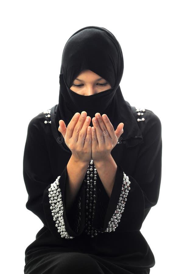 De jonge moslimvrouwen bidden neer het kijken royalty-vrije stock foto's