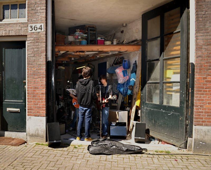 De jonge musici repeteren in de garage royalty-vrije stock afbeelding
