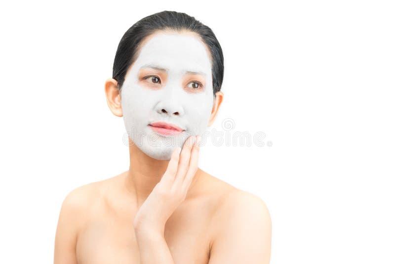 De jonge natuurlijke schil van het het gezichtsmasker van de vrouwenklei stock foto's