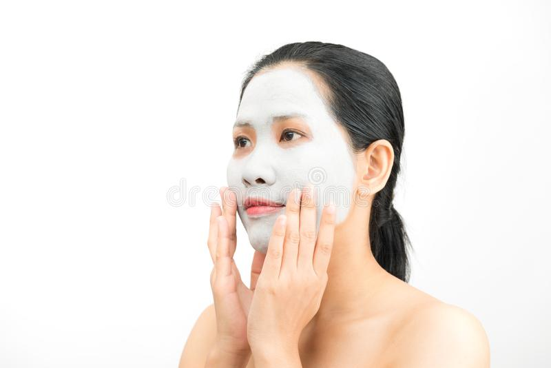 De jonge natuurlijke schil van het het gezichtsmasker van de vrouwenklei royalty-vrije stock fotografie