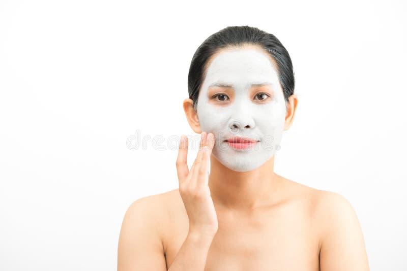 De jonge natuurlijke schil van het het gezichtsmasker van de vrouwenklei royalty-vrije stock afbeeldingen