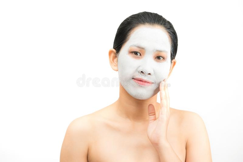 De jonge natuurlijke schil van het het gezichtsmasker van de vrouwenklei royalty-vrije stock foto's