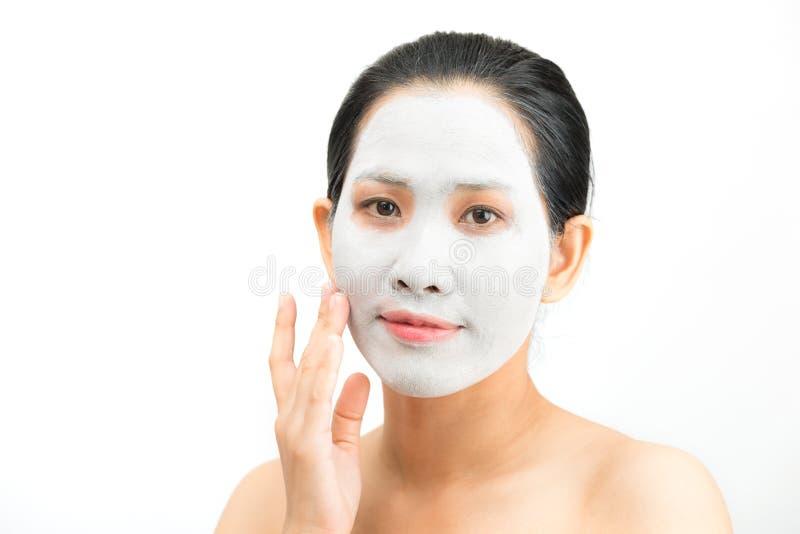 De jonge natuurlijke schil van het het gezichtsmasker van de vrouwenklei stock foto