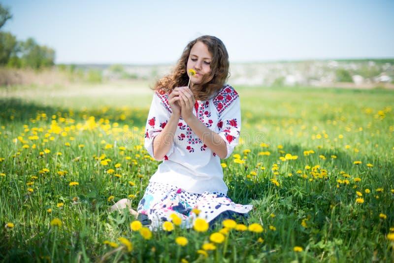 De jonge Oekraïense meisjeswhit gele bloemen royalty-vrije stock foto