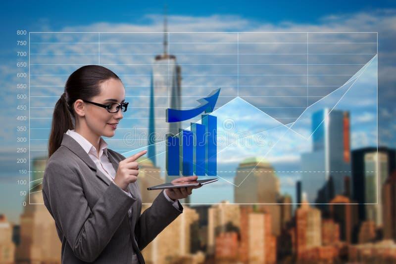 De jonge onderneemster in financieel handelconcept stock fotografie