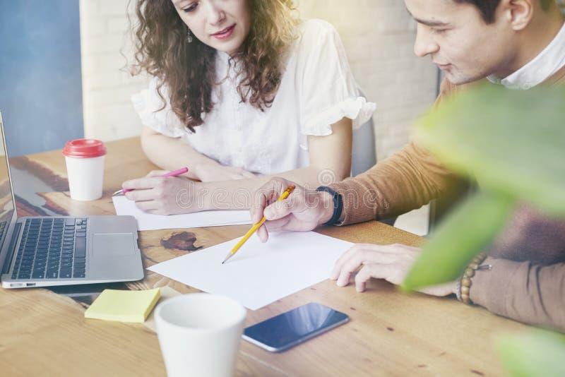 De jonge onderneemster met partnersmensen verzamelde zich samen, besprekend creatief idee in bureau Gebruikend moderne laptop, di stock foto's