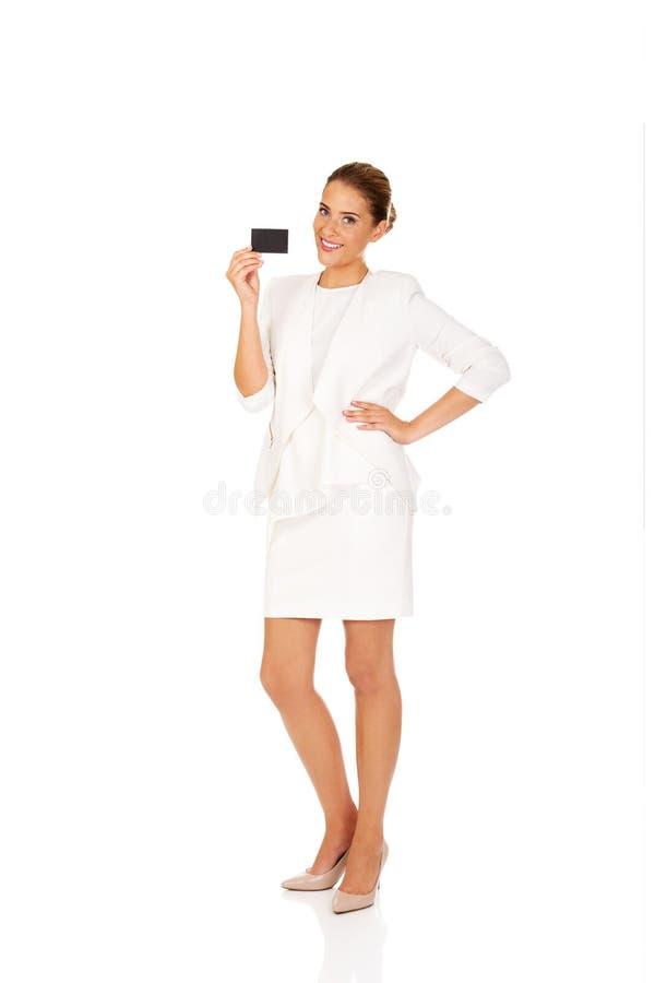 De jonge onderneemster toont adreskaartje royalty-vrije stock foto