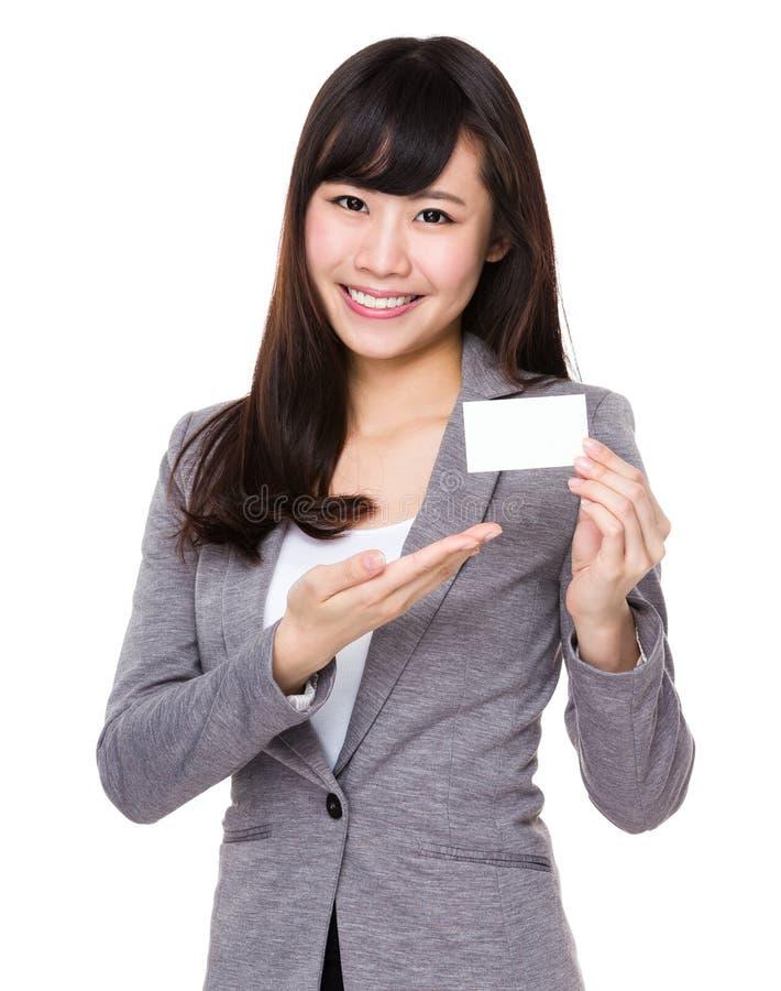 De jonge onderneemster toont met naamkaart royalty-vrije stock foto