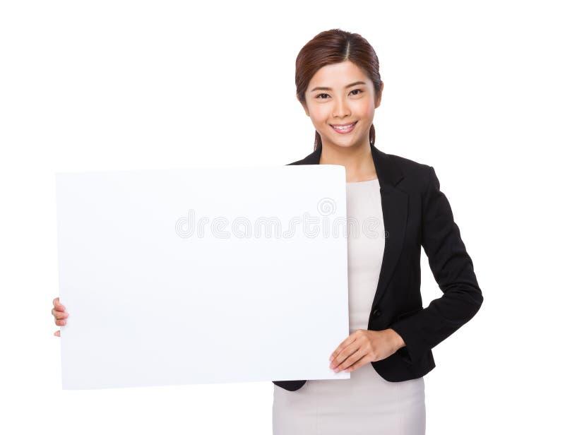 De jonge onderneemster toont met witte raad royalty-vrije stock foto