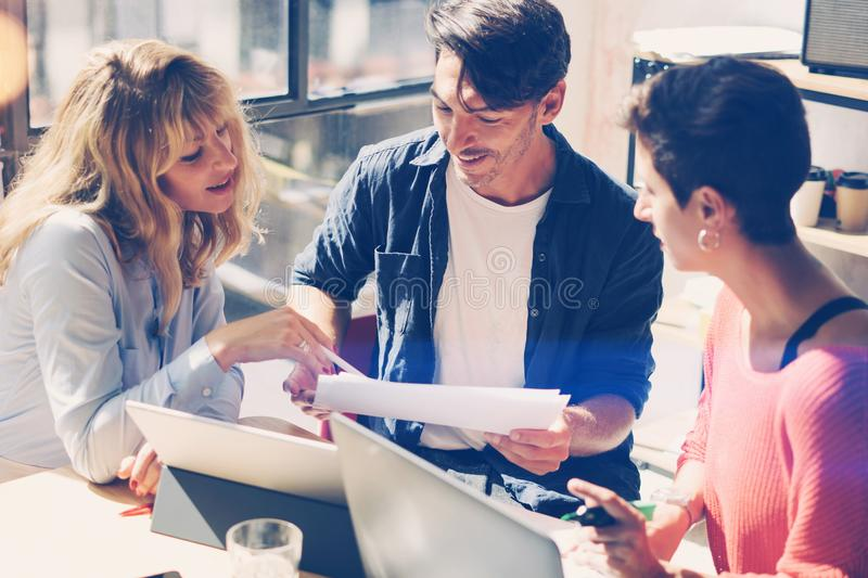 De jonge ondernemers zoeken een bedrijfsoplossing tijdens het werkproces in modern bureau Samenkomen het bedrijfs van Mensen royalty-vrije stock foto's