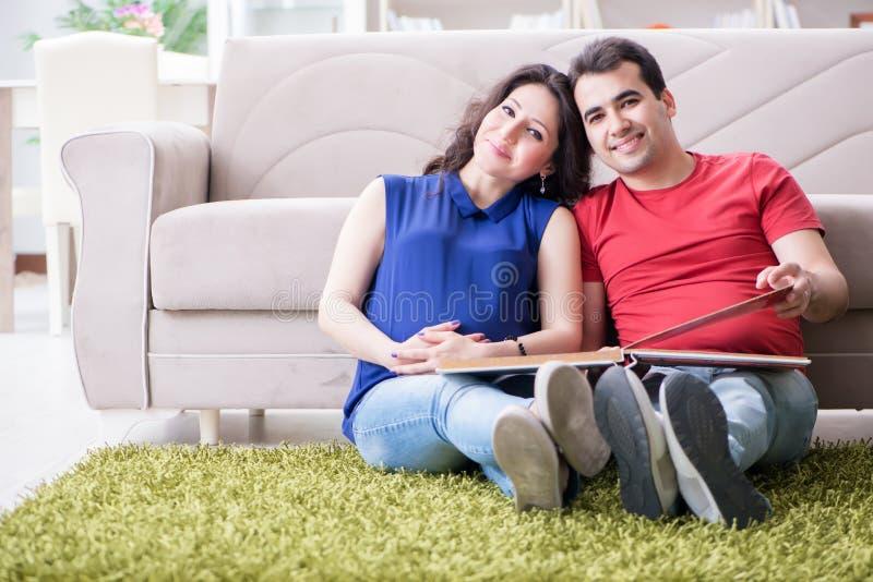 De jonge paarfamilie die een baby verwachten royalty-vrije stock fotografie