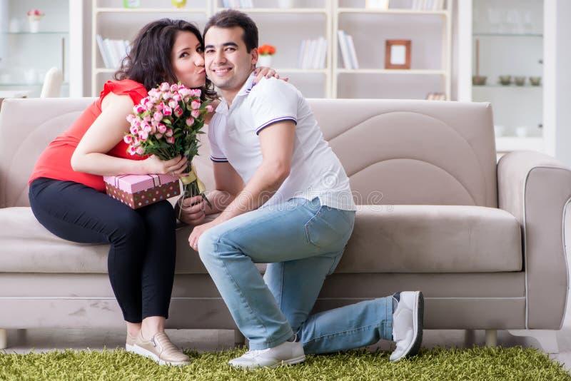 De jonge paarfamilie die een baby verwachten royalty-vrije stock foto