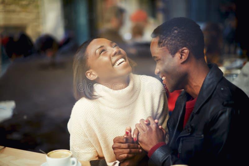 De jonge paarjonggehuwden besteden hun vakantie in een koffie royalty-vrije stock foto's