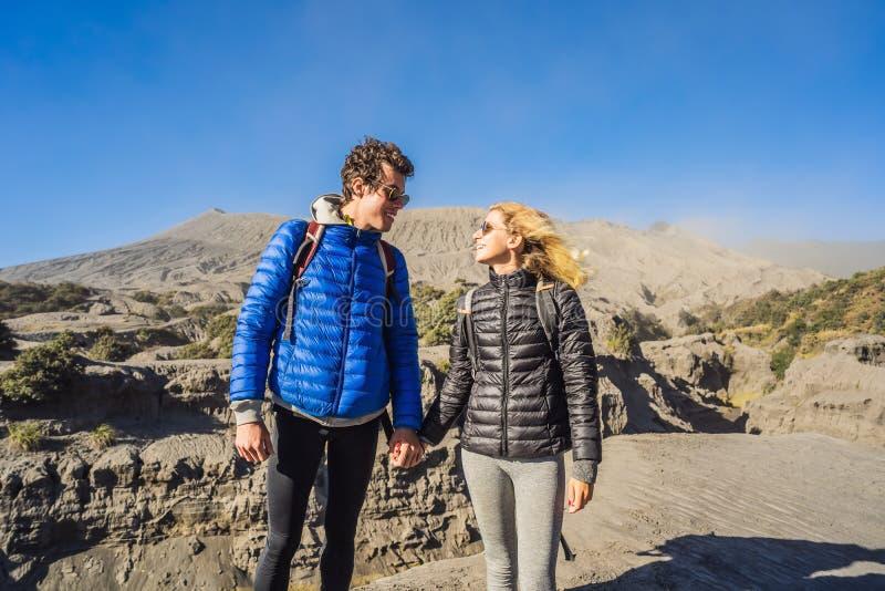 De jonge de paarman en vrouw bezoeken de Bromo-vulkaan bij het Nationale Park van Tengger Semeru op Java Island, Indonesië royalty-vrije stock afbeelding