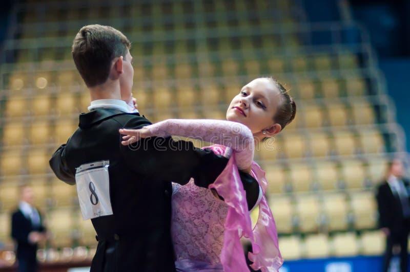 De jonge paren concurreren in sporten het dansen stock afbeelding