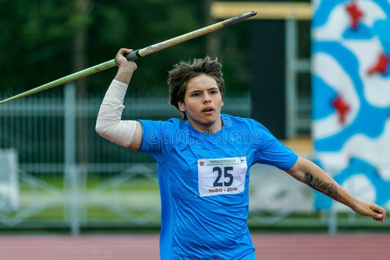 De jonge pottenbakker van de atletenspeer in de concurrentie royalty-vrije stock afbeeldingen