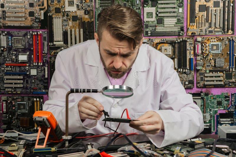 De jonge radiowerken van de elektronikaingenieur in laboratorium van onderzoekmicro-elektronica royalty-vrije stock foto