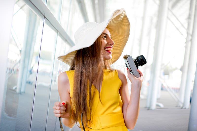 De jonge reizende vrouw met fotocamera en Panama kleedden zich in ye stock foto's