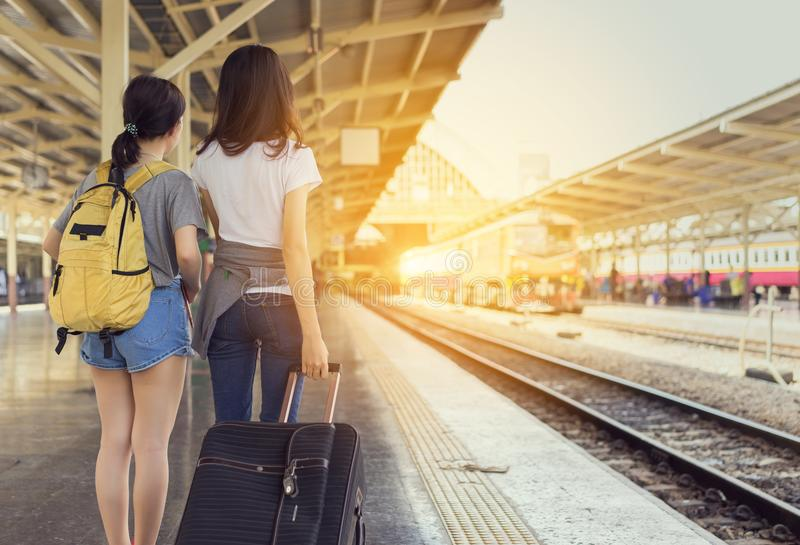De jonge reiziger die van de meisjes Aziatische rugzak samen wachten royalty-vrije stock foto