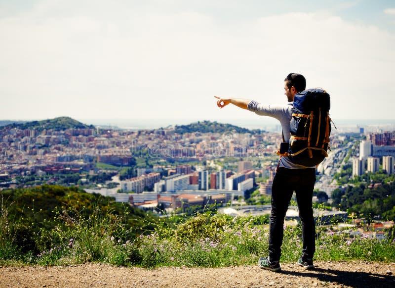 De jonge reizigersmens ontdekt een nieuwe stad in zijn voetreis royalty-vrije stock afbeeldingen