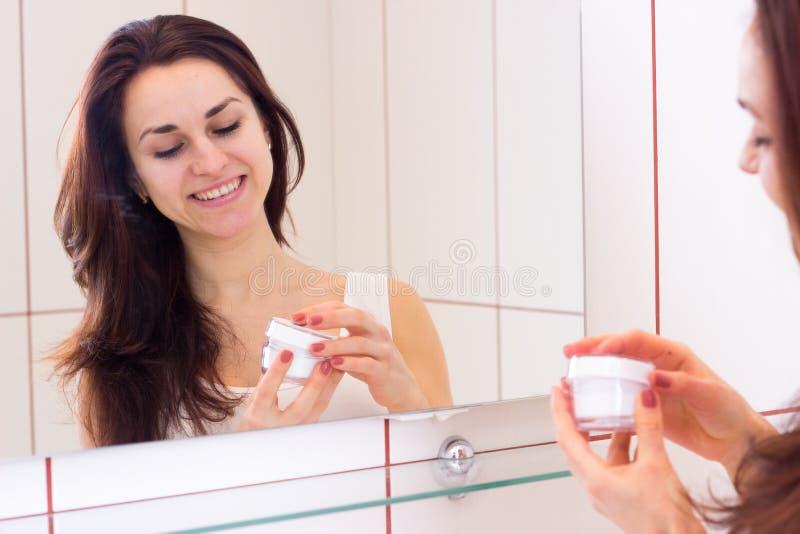 De jonge room van de vrouwenholding in badkamers stock foto's