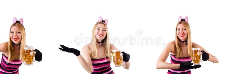 De jonge serveerster met bier op wit royalty-vrije stock foto's
