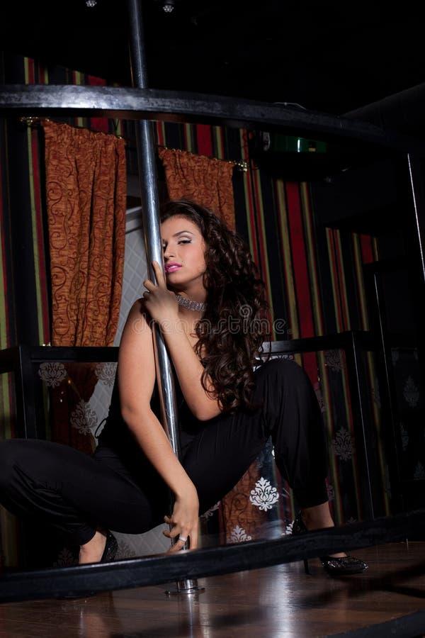 De jonge sexy vrouw toont de striptease van de pooldans royalty-vrije stock foto's