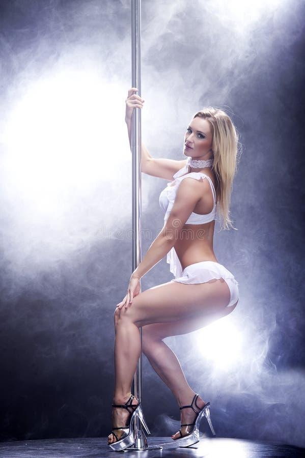 De jonge sexy vrouw van de pooldans. royalty-vrije stock foto