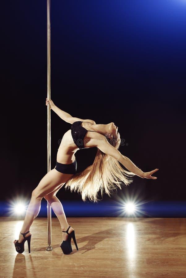 De jonge sexy vrouw van de pooldans royalty-vrije stock afbeeldingen