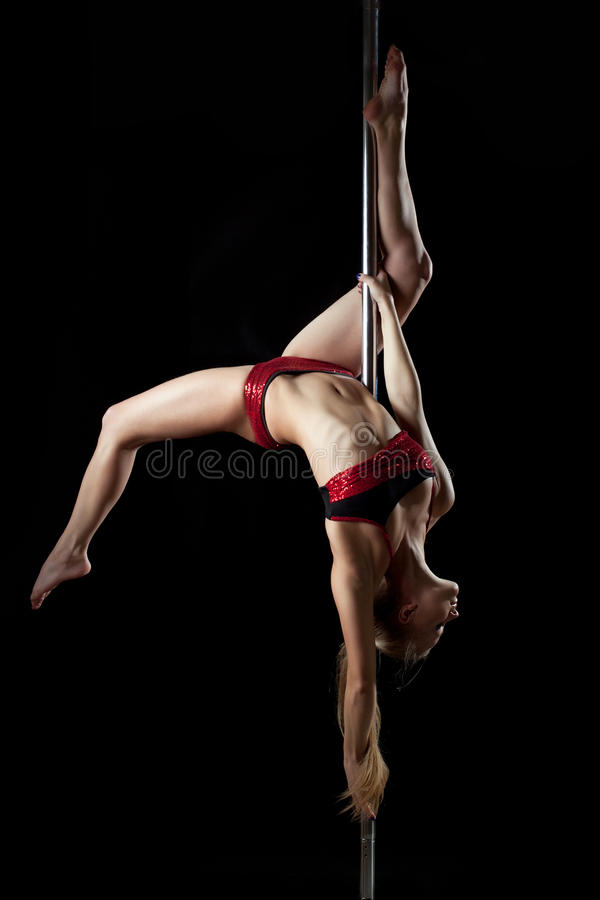 De jonge sexy vrouw van de pooldans in rode bikini royalty-vrije stock fotografie