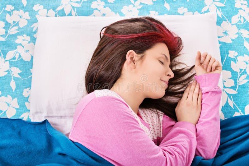 De jonge Slaap van het Meisje in Haar Bed royalty-vrije stock foto