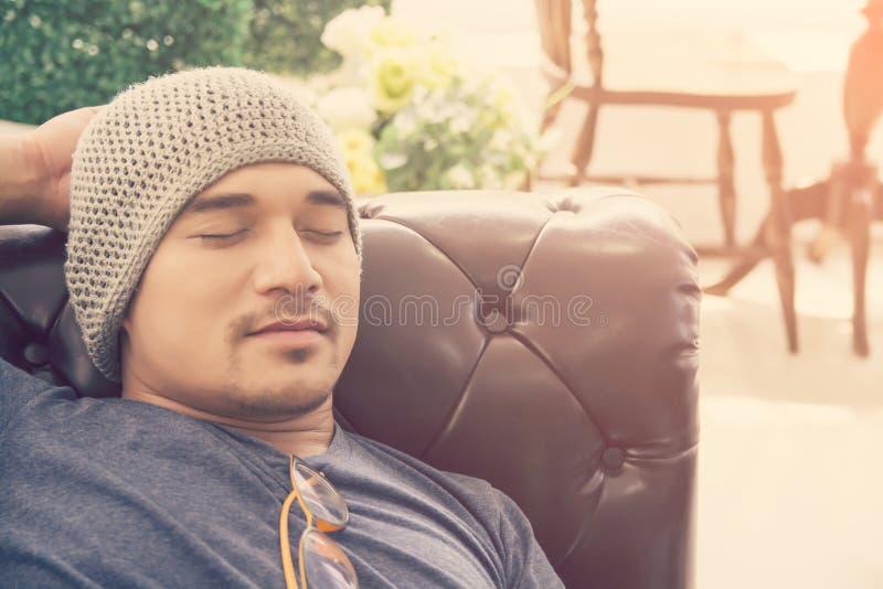 De jonge slaap van de hipster knappe mens op laag thuis, royalty-vrije stock afbeelding
