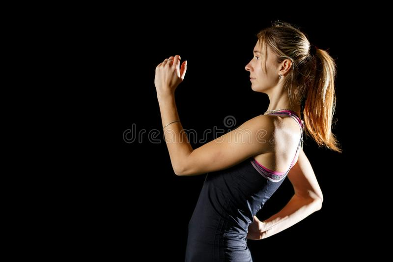De jonge slanke poging van sportvrouw beginnende vérspringen royalty-vrije stock afbeelding