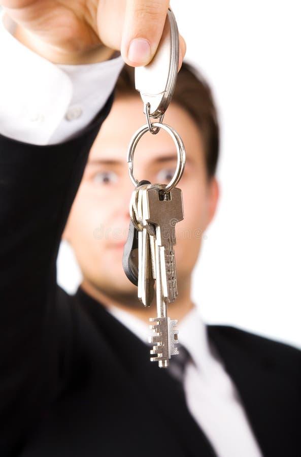 De jonge sleutels van de zakenmanholding stock fotografie